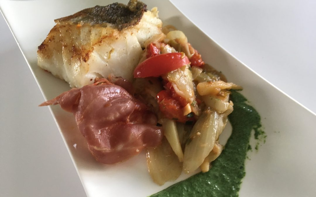 Op vel gebakken zeeduivel met spinaziesaus & wintergroenten.